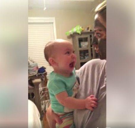 【出典:Facebook】 パック中のママに驚く赤ちゃん