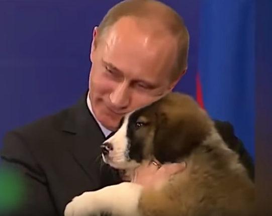 仔犬にほおずりするプーチン大統領