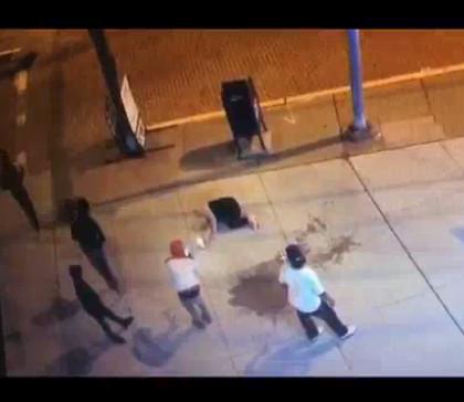 【出典:Twitter】殴られて路上で倒れた女性をスマホで撮影し始める通行人達