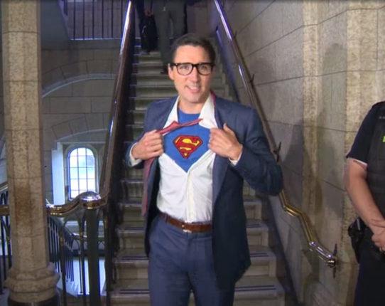 【出典:Facebook】ハロウィンの日にスーパーマンのクラーク・ケントに扮したトルドー首相