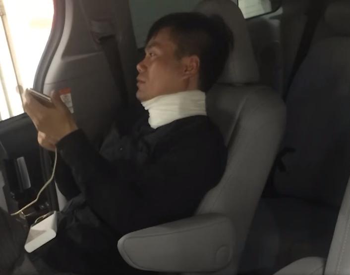 【出典 :YouTube】車のドアに挟まってしまった首を痛めてしまった男性