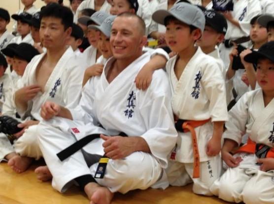 【出典:Twitter】2012年日本を訪れた際に極真会館埼玉中央支部の子供たちと戯れるGSP