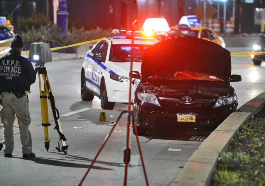 【出典:New York Daily News】縁石に激突したウーバー運転手の車