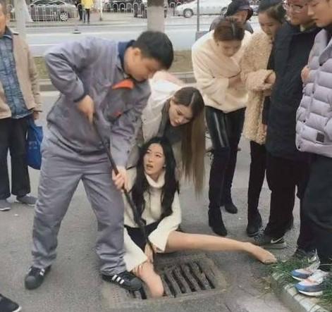 【出典:eastday.com】ながらスマホで下水溝の蓋に足が挟まった女性