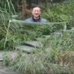 【出典:YouTube】量子ステルス透明マントを披露する男性