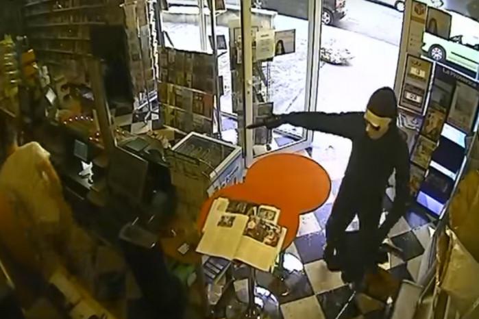 【出典:You Tube】タバコ屋に現れた強盗あとで痛い目に。