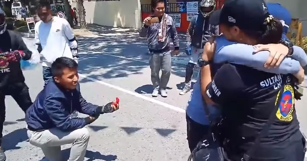 【出典:YouTube】事故を装ってサプライズ・プロポーズを仕掛けた男性