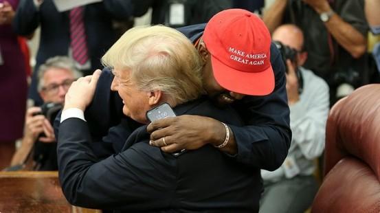 【出典:The Hill/Twitter】トランプ米大統領と対面したラッパーのカニエが熱いハグをする。