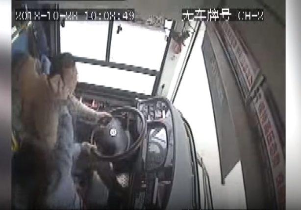 【出典:YouTube】乗客の女性がスマートフォンで運転手の頭を殴る