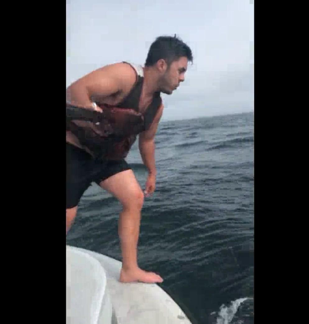 【出典:Liveleak】クジラの救助のため海に飛び込む漁師