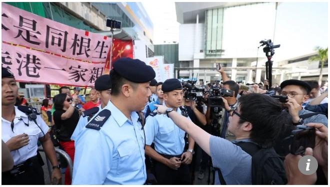 【出典:South China Morning Post】中国本土からの団体観光客へ講義する香港住民