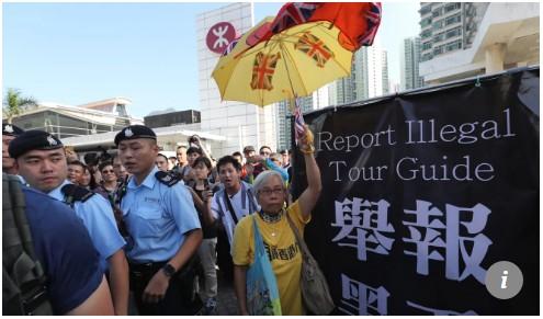 【出典:South China Morning Post(IMAGE:Sam Tsang)】中国本土からの団体観光客へ講義する香港住民