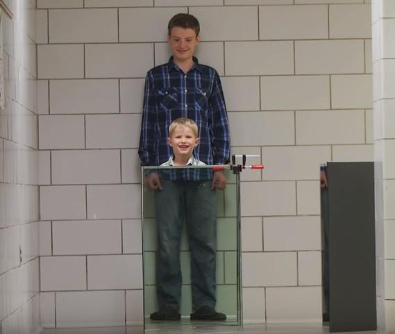 【出典:University of Rochester/YouTube】透明ボードで少年の体が消える
