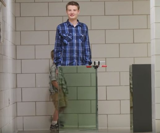 【出典: University of Rochester /YouTube】透明ボードで少年の体が消える