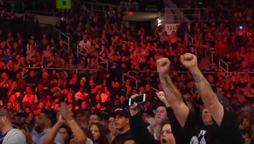【出典:WWE/YouTube】会場には涙するファンも。
