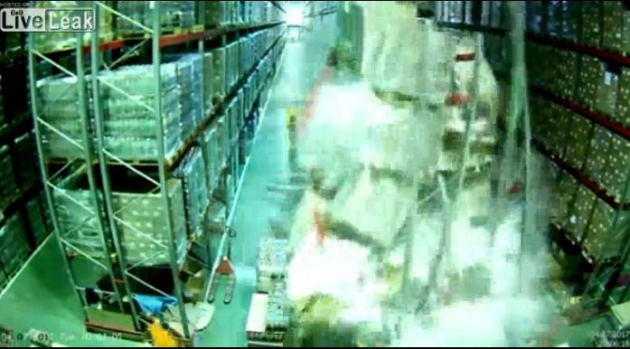 【出典:Liveleak】フォークリフトの運転手のちょっとしたミスでこの後倉庫が大惨事