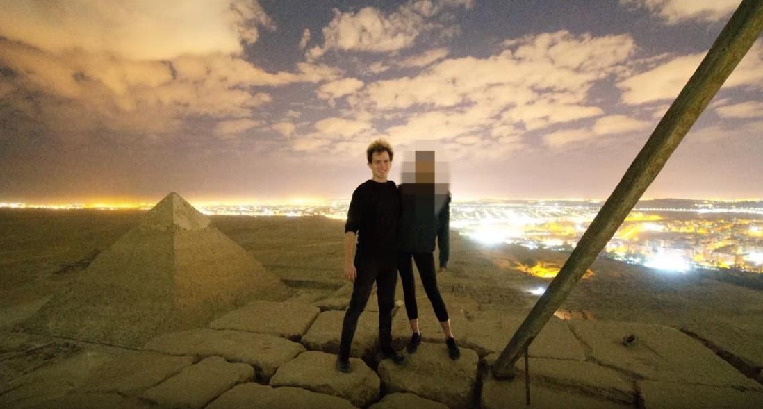 【出典:Andreas Hvid/YouTube】ピラミッド頂上で性行為をしたのではといわれるカップル