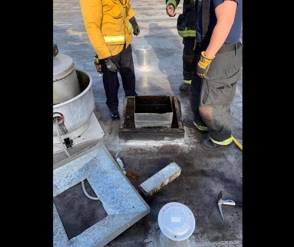 【出典:Alameda County Sheriff's Office/Facebook】排気口に詰まって身動きがとれなくなった男を救助する隊員