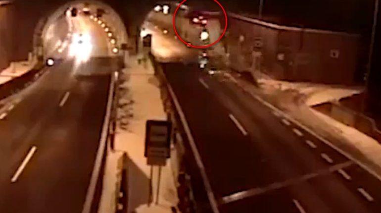 【出典:ABC News/Twitter】スロバキアで車が宙を舞う大事故に