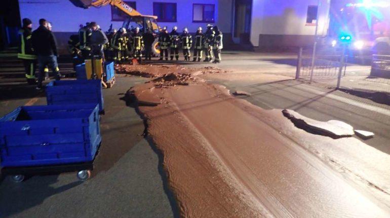 【出典:Werl Fire Brigade】ドイツのチョコレート工場から溢れ出た液状チョコが道路に。