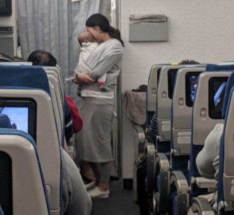 【出典:Dave Corona/Facebook】機内の客にお菓子と耳栓を配る母親