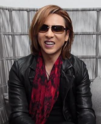 Yoshiki 女王の顔にスカーフ 動画